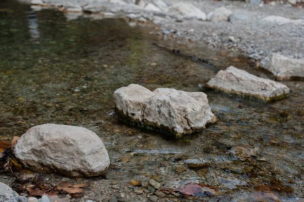 A pedra está na água