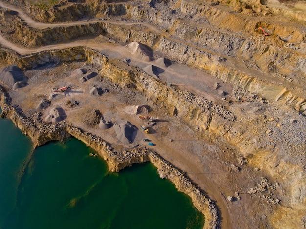 A pedreira após a mineração de minerais é preenchida com água. técnica extrai minerais. vista aérea.