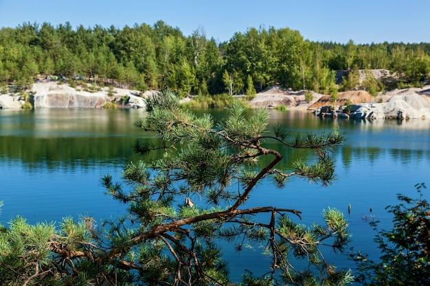 A pedreira de korostyshevsky inundou a pedreira de granito nos arredores da cidade de korostyshev, na região de zhytomyr, uma atração turística. labradorita, gabro e granito cinza foram extraídos aqui.