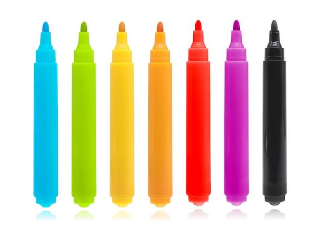 A pena de marcador colorida ajustou-se no fundo isolado com trajeto de grampeamento.