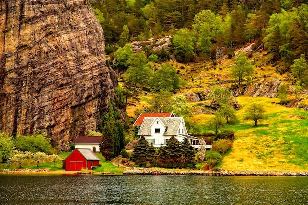 A pequena aldeia em uma colina na costa do mar do norte