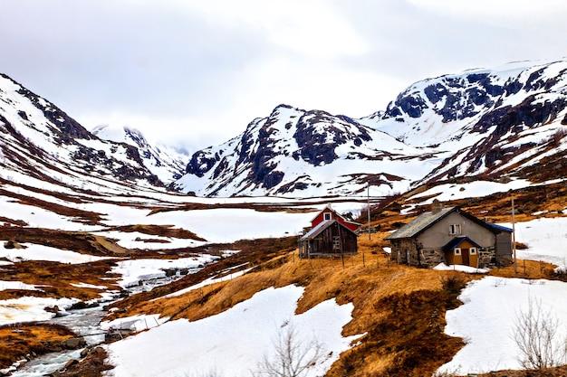 A pequena aldeia norueguesa nas montanhas nevadas
