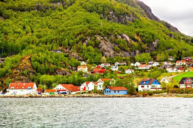 A pequena aldeia numa colina na costa do mar do norte na costa do mar do norte