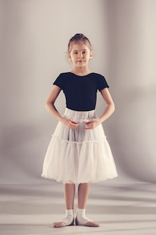 A pequena bailarina na parede cinza