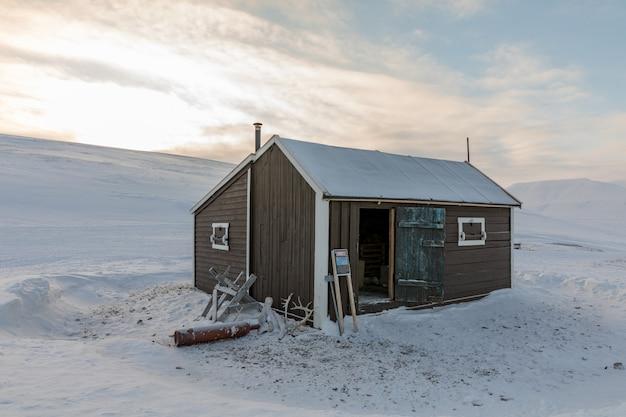 A pequena cabana conhecida como cabana de emergência em villa fredheim, em tempelfjorden, svalbard.