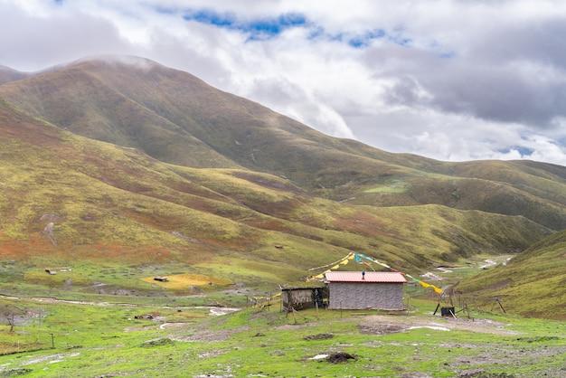 A pequena casa de aldeia tibetana