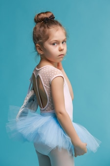 A pequena dançarina balerina no azul