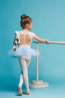 A pequena dançarina de balerina em fundo azul