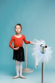 A pequena dançarina de balerina no espaço azul