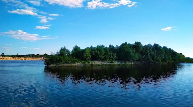 A pequena ilha no rio