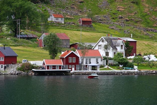 A pequena vila em sognefjord, noruega