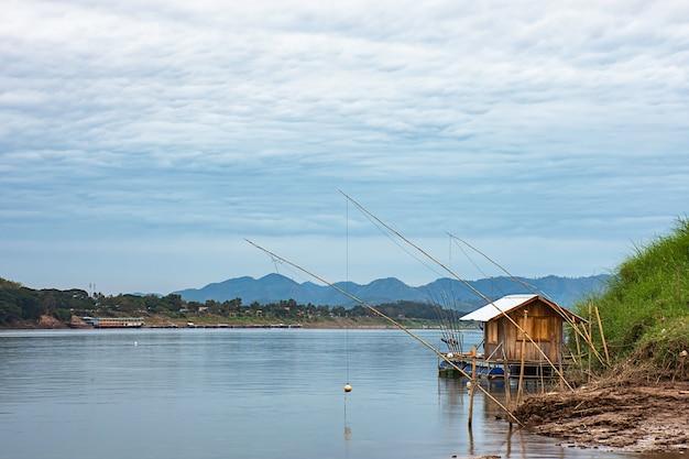 A pesca e o céu de flutuação no rio de mekong em loei em tailândia.