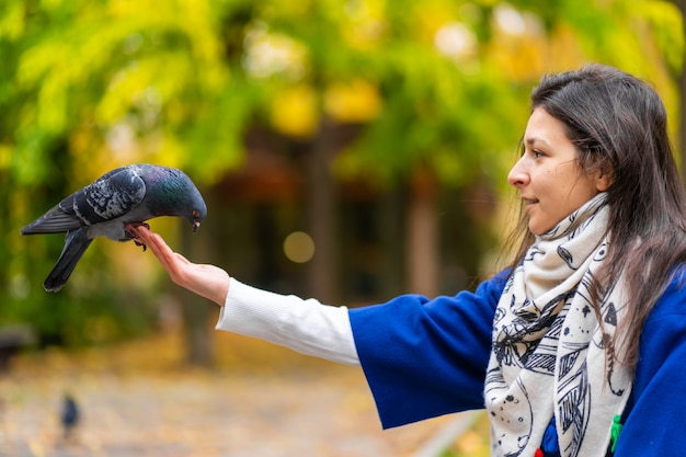 A pessoa está segurando uma pomba na mão