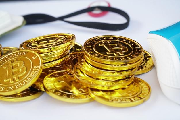 A pilha de bitcoins dourados