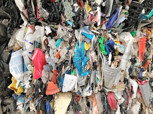 A pilha de resíduos é reciclada.