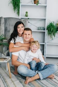 A pirâmide da família feliz e sorridente.