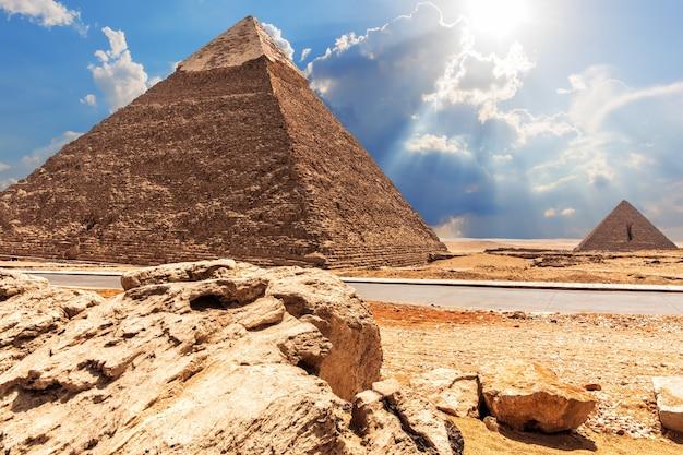 A pirâmide de chephren, a pirâmide de menkaure, vista da estrada no deserto.