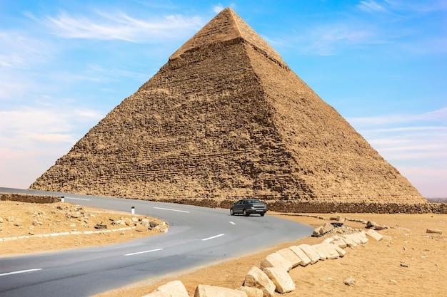 A pirâmide de chephren e uma estrada de carro nas proximidades, gizé, egito.
