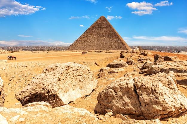 A pirâmide de quéops e pedras no deserto de gizé, egito.
