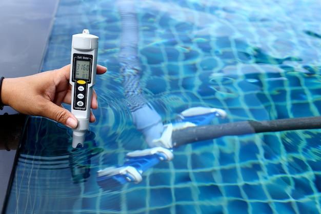 A piscina privativa do resort tem um teste de manutenção semanal, o nível do medidor de sal