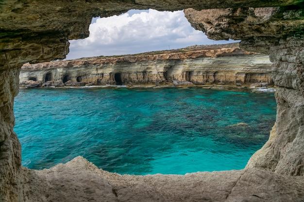 A pitoresca caverna está localizada às margens do mar mediterrâneo.
