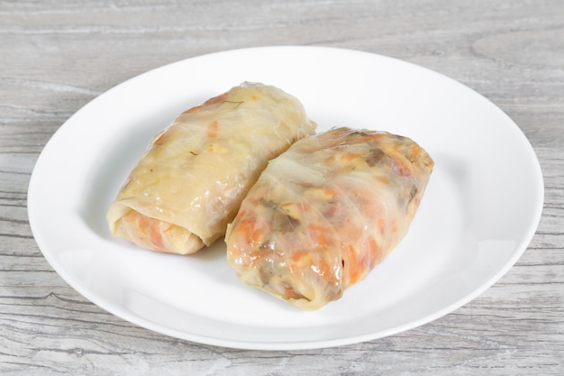 A placa da couve enchida rola com carne e vegetabes. conceito de comida saudável