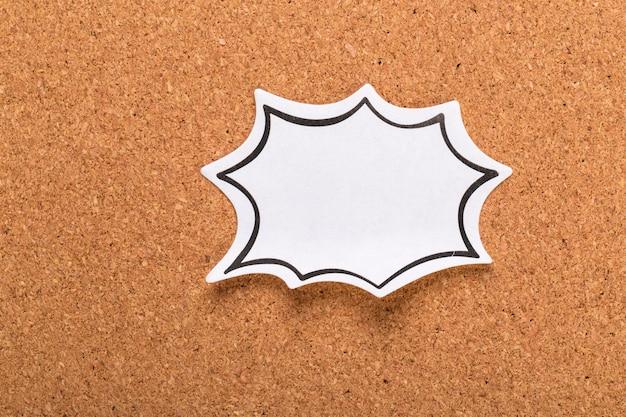 A placa de cortiça com notas em branco