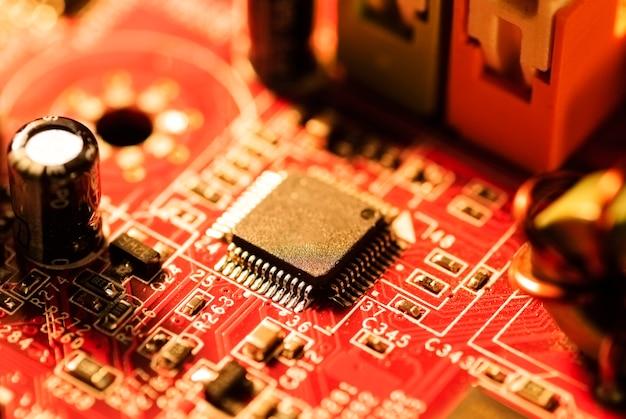 A placa-mãe e muitas peças pequenas e chips para o computador