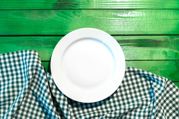 A placa na toalha de mesa quadriculada