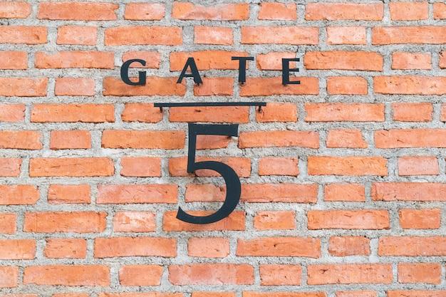 A placa número 5 da porta.