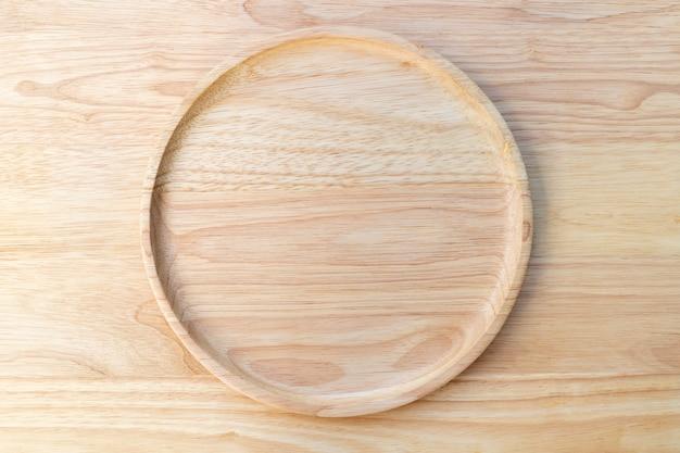 A placa redonda de madeira de borracha natural foi revestida sobre um bloco de corte de madeira.