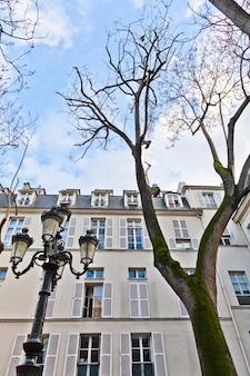A place de furstenberg, onde delacroix decidiu morar, é famosa por ser uma das praças mais charmosas de paris.