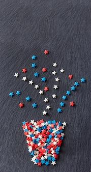 A planta abstrata no pote stars a forma dos confetes. fundo de ardósia de textura. banner da web.