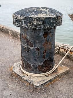 A plataforma de ancoragem antiga é usada há muito tempo para oxidar.