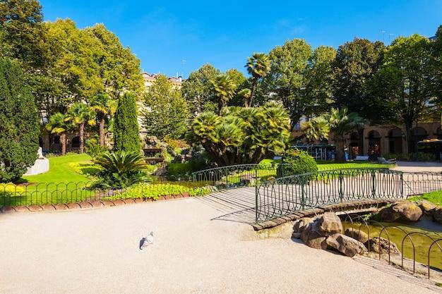 A plaza gipuzkoa é um parque público no centro da cidade de san sebastian, país basco, no norte da espanha
