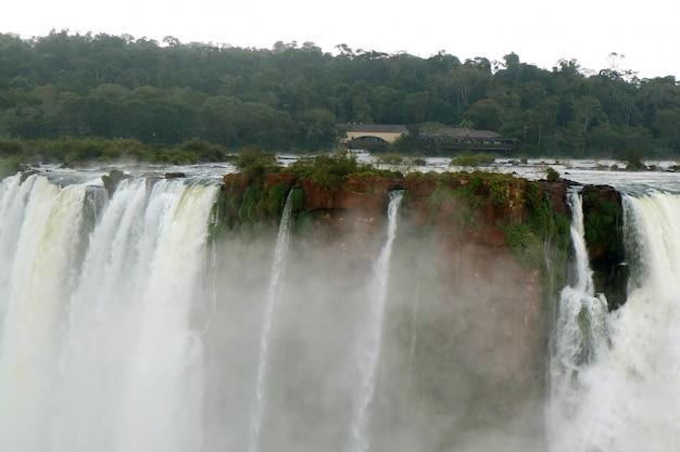 A poderosa garganta do diabo das cataratas do iguaçu, no lado argentino, província de misiones, argentina
