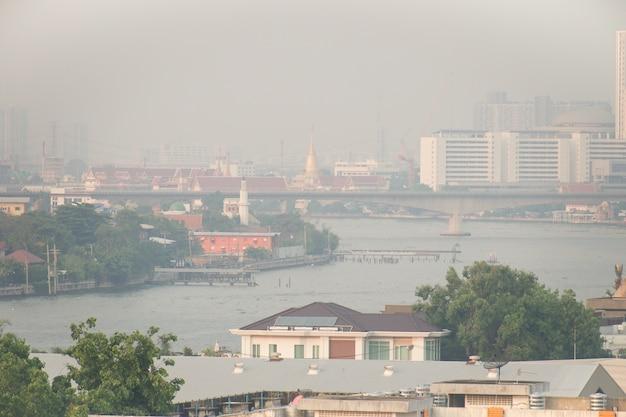 A poluição do ar proveniente de muita poeira ou partículas pm2.5 excede o padrão em bangkok, na tailândia.