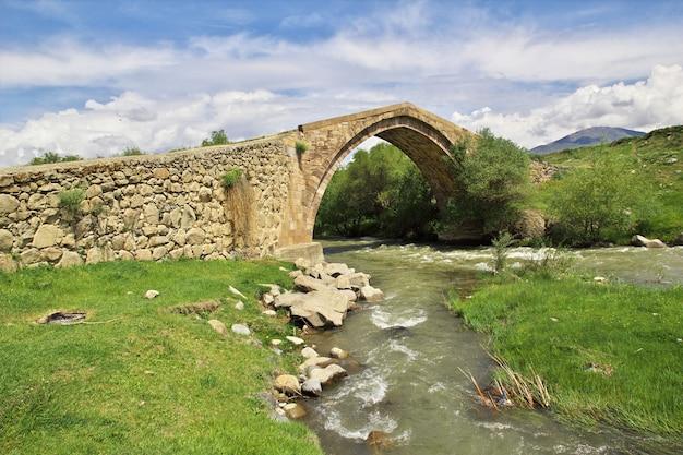 A ponte antiga nas montanhas do cáucaso, armênia