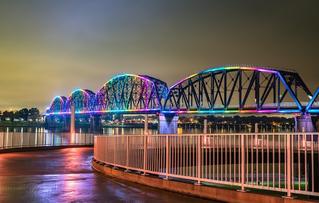 A ponte big four sobre o rio ohio entre louisville, kentucky e jeffersonville, indiana