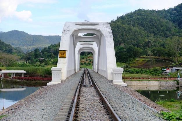 A ponte branca a famosa ponte de aço em lampoon, tailândia