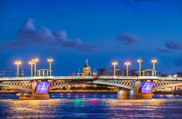 A ponte da anunciação em são petersburgo e a catedral da assunção nas margens do neva em uma noite azul de verão