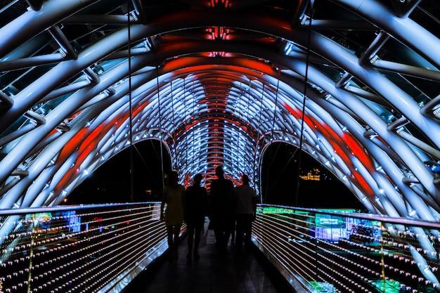 A ponte da paz na noite disparou com técnica da exposição longa, tbilisi, geórgia.