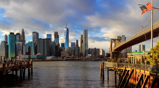 A ponte de brooklyn e o horizonte de manhattan do brooklyn, nova york.