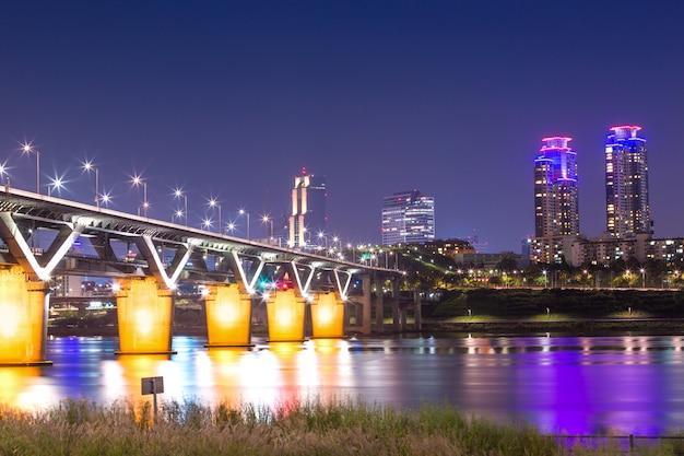 A ponte de cheongdam ou cheongdamdaegyo é o rio han à noite em seul, coréia do sul.