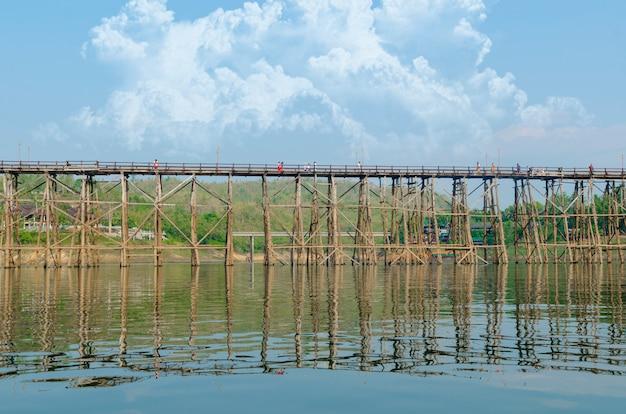 A ponte de madeira a mais velha e a mais longa em tailândia.