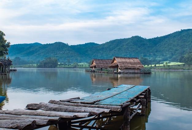 A ponte de madeira da jangada e da madeira nos reservatórios de água.