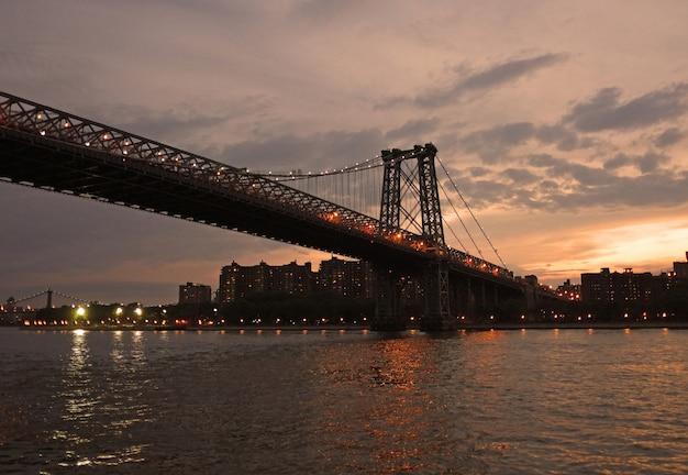 A ponte de manhattan. east river em direção a brooklyn, nova york.