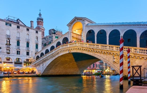 A ponte de rialto e o grande canal em veneza no crepúsculo, itália. vista veneziana colorida
