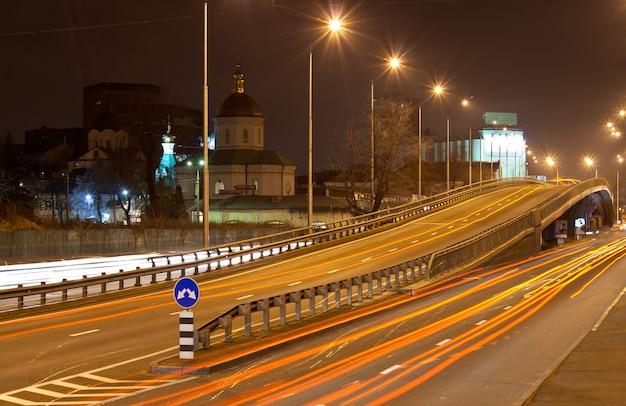 A ponte de um intercâmbio de tráfego à noite kiev - ucrânia