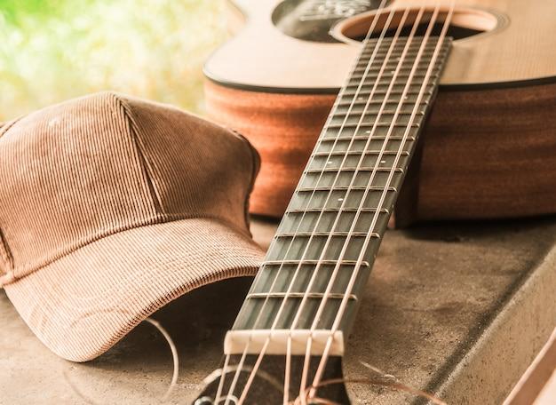 A ponte de um violão com um boné de pano